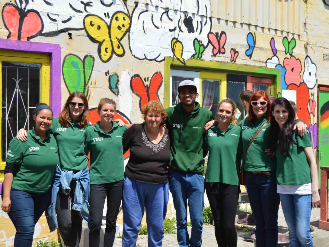 Personal en Sudáfrica durante la revisión de uno de nuestros lugares de voluntariado.